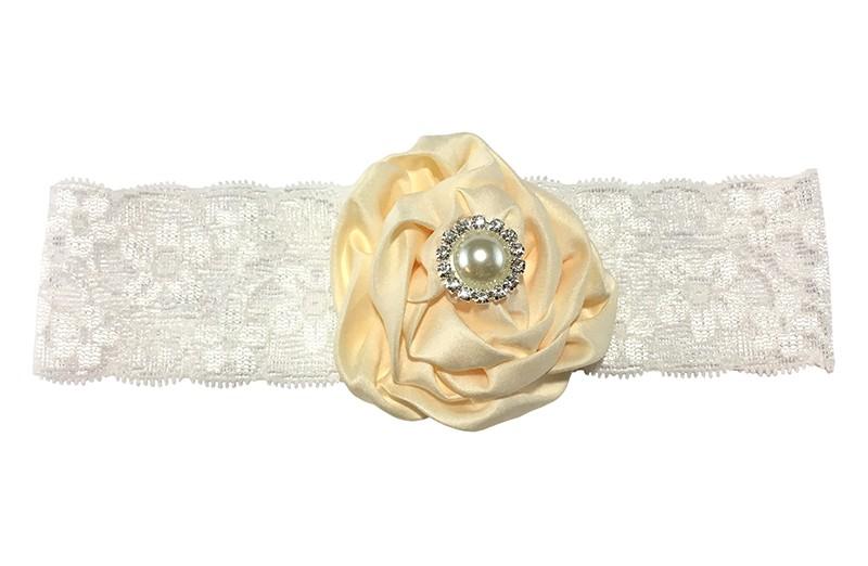 Schattige witte baby haarband van kant met grote creme bloem van stof. Afgewerkt met mooie parel.