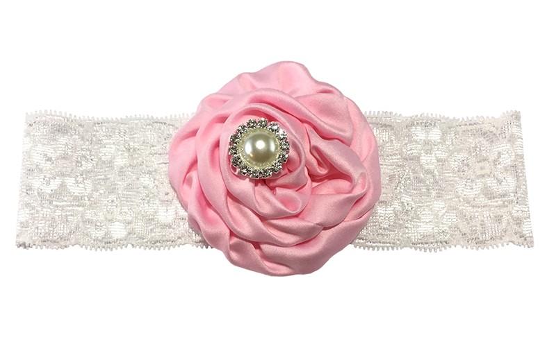 Schattige witte babyhaarband van kant met grote licht roze bloem van stof. Afgewerkt met mooie parel.