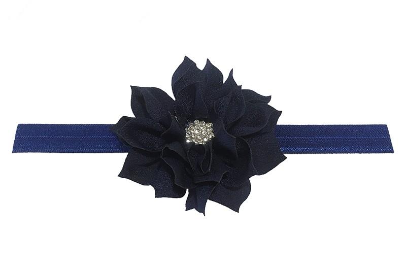 Vrolijk glanzend blauwe, elastische, baby haarbandje met een donker blauwe laagjes bloem van glanzende stof. Afgewerkt met een leuke parel.  De bloem is ongeveer 8 centimeter groot en het haarbandje is plat neergelegd ongeveer 17.5 centimeter.