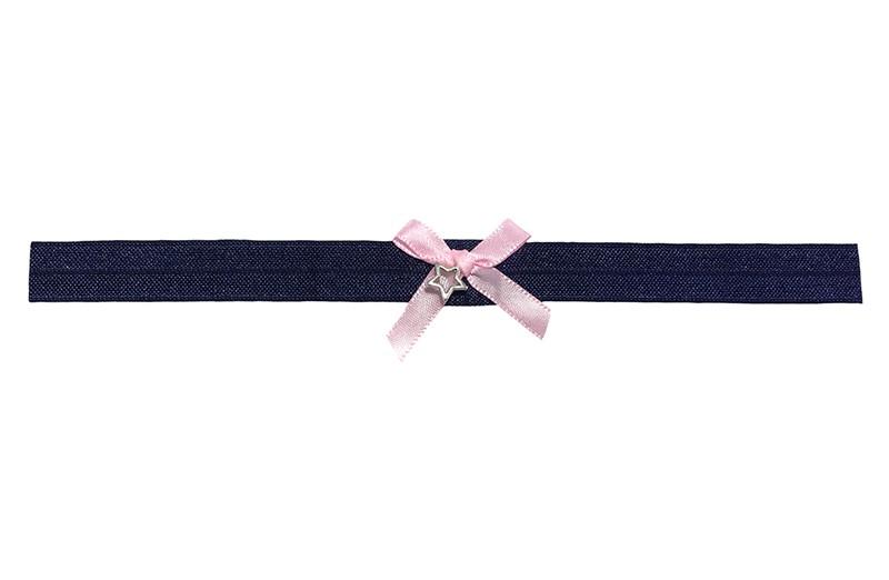 Schattig donkerblauw glanzend baby haarbandje van rekbaar elastiek.  Met een lief klein licht roze strikje van lint en een klein sterretje.  Niet uitgerekt is de omtrek van het haarbandje ongeveer 38 centimeter. Het haarbandje is ongeveer 1.5 centimeter breed.