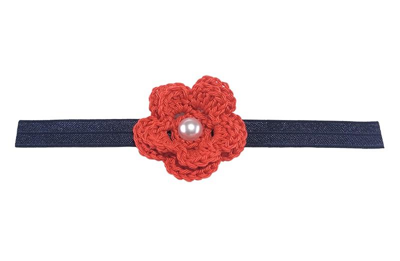 Vrolijk donkerblauw glanzend baby haarbandje met een rode gehaakte bloem. Afgewerkt met een witte parel.  Niet uitgerekt is het haarbandje ongeveer 18.5 centimeter. Het gehaakte bloemetje is ongeveer 5 centimeter.
