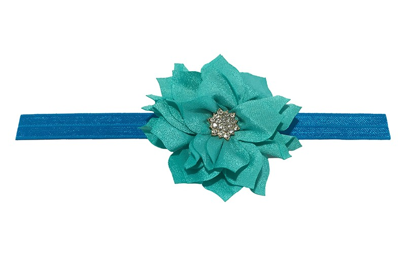 Vrolijk glanzend blauw elastische baby haarbandje met een zeegroene laagjes bloem van glanzende stof. Afgewerkt met een leuke parel.  De bloem is ongeveer 8 centimeter groot en het haarbandje is plat neergelegd ongeveer 17.5 centimeter.