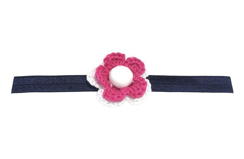 Vrolijke donkerblauw glanzend baby haarbandje met daarop een roze, wit gehaakt bloemetje. Afgewerkt met een zachte witte pompom.  Niet uitgerekt heeft het haarbandje een diameter van ongeveer 18.5 centimeter.  Het gehaakte bloemetje is ongeveer 5 centimeter.