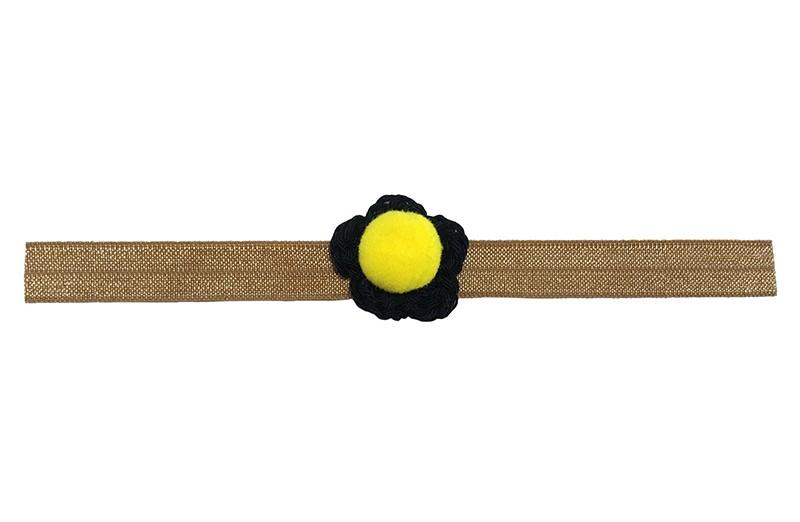 Vrolijk cognac bruin baby haarbandje.  Met een klein zwart gehaakt bloemetje en een geel pompommetje.  Het haarbandje is van rekbaar elastiek geschikt tot ongeveer 18 maanden.
