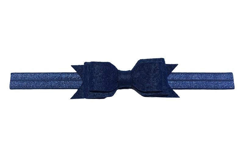 Leuk donkerblauw peuter meisjes haarbandje. Het bandje is van goed rekbaar elastiek daardoor geschikt tot en met ongeveer 5 a 6 jaar.  Met een donkerblauwe vilten strikje in 3 laagjes look.