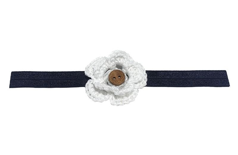 Leuk glanzend donkerblauw baby haarbandje met een wit gehaakt bloemetje. Afgewerkt met een bruin houten knoopje.  Niet uitgerekt is het haarbandje ongeveer 18.5 centimeter. Het gehaakte bloemetje is ongeveer 5 centimeter.