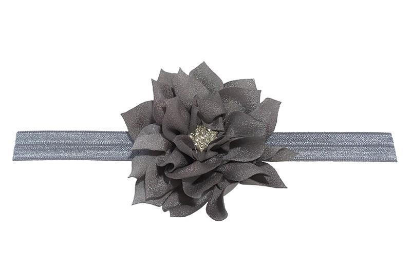 Vrolijk glanzend grijs elastische baby haarbandje met een grijze laagjes bloem van glanzende stof. Afgewerkt met een leuke parel.  De bloem is ongeveer 8 centimeter groot en het haarbandje is plat neergelegd ongeveer 17.5 centimeter.