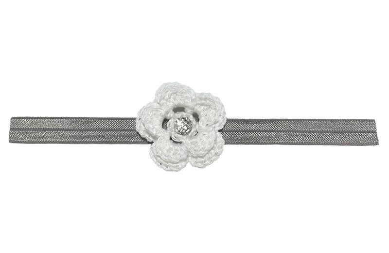 Lief grijs baby haarbandje met een witte gehaakte bloem. Afgewerkt met een mooie parel.