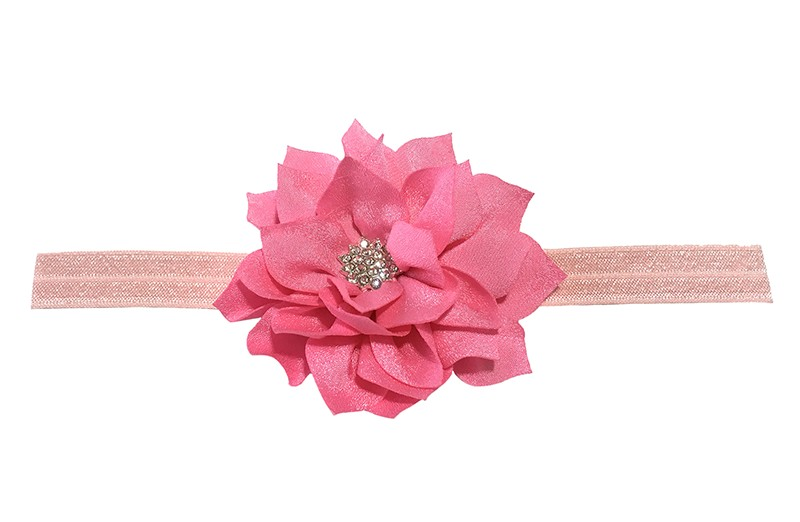 Vrolijk glanzend licht roze, elastische, baby haarbandje met een roze laagjes bloem van glanzende stof. Afgewerkt met een leuke parel.  De bloem is ongeveer 8 centimeter groot en het haarbandje is plat neergelegd ongeveer 17.5 centimeter.