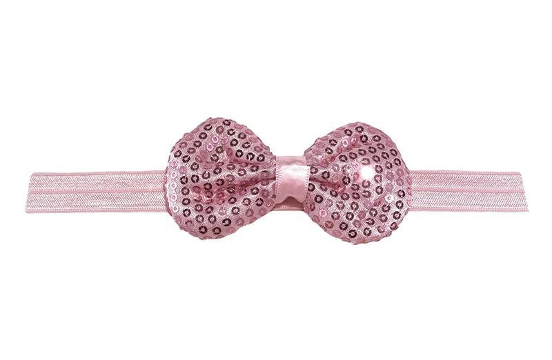 Leuk elastische baby haarbandje licht roze. Met daarop een licht roze stoffen strikje met kleine pailletjes. Het strikje is ongeveer 8.5 centimeter. Niet uitgerekt gemeten is het haarbandje ongeveer 17 centimeter.