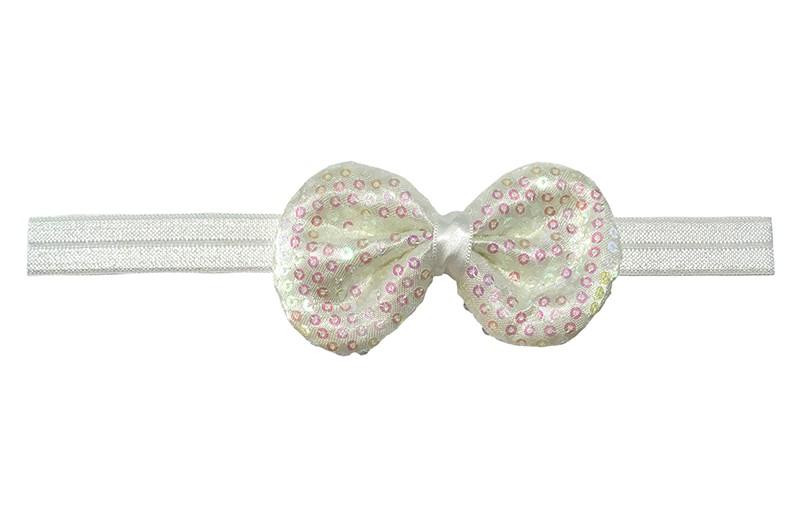 Leuk elastische baby haarbandje wit. Met daarop een stoffen strikje met kleine pailletjes. Het strikje is ongeveer 8.5 centimeter. Niet uitgerekt gemeten is het haarbandje ongeveer 17 centimeter.