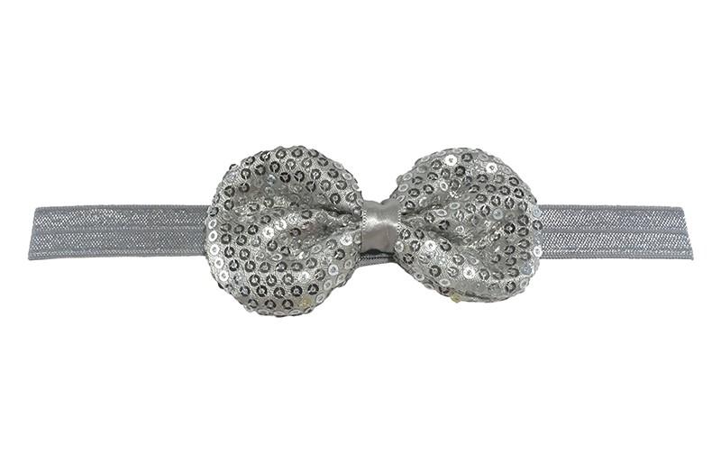 Leuk elastische baby haarbandje zilver grijs. Met daarop een zilver grijs stoffen strikje met kleine pailletjes. Het strikje is ongeveer 8.5 centimeter. Niet uitgerekt gemeten is het haarbandje ongeveer 17 centimeter.