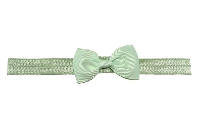 Leuk licht mint groen elastische baby haarbandje met een zacht mintgroen strikje erop. Heeft zonder uit te rekken een omtrek van ongeveer 35 centimeter.