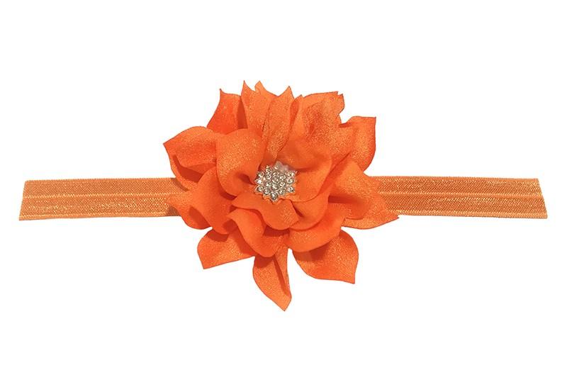 Vrolijk glanzend oranje elastische baby haarbandje met een oranje laagjes bloem van glanzende stof. Afgewerkt met een leuke parel.  De bloem is ongeveer 8 centimeter groot en het haarbandje is plat neergelegd ongeveer 17.5 centimeter.