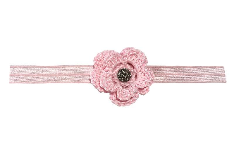 Schattig licht roze, glanzend baby haarbandje van rekbaar elastiek.  Met een licht roze gehaakte bloem van ongeveer 5 centimeter. Afgewerkt met een zilver grijs steentje.  Niet uitgerekt is de omtrek van het haarbandje ongeveer 38 centimeter. Hetbhaarbandje is ongeveer 1.5 centimeter breed.