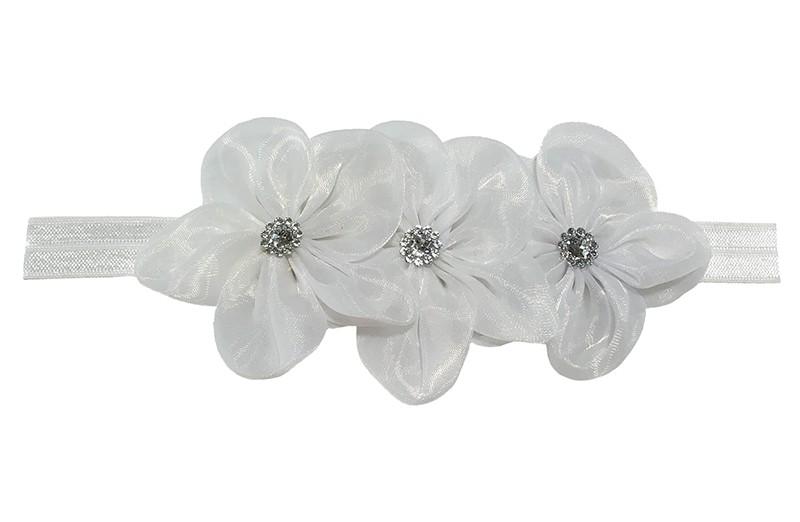 Leuk wit elastische baby haarbandje.  Met daarop 3 grote witte organza bloemen met op elk een glanzend zilver pareltje.  Het haarbandje is zonder uit te rekken ongeveer 18 centimeter.
