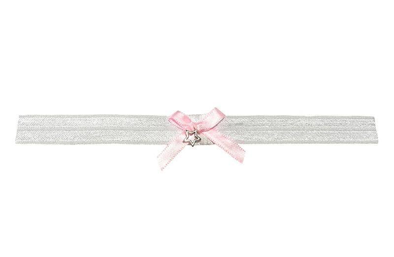 Schattig wit glanzend baby haarbandje van rekbaar elastiek.  Met een lief klein licht roze strikje van lint en een klein sterretje.  Niet uitgerekt is de omtrek van het haarbandje ongeveer 38 centimeter. Hetbhaarbandje is ongeveer 1.5 centimeter breed.