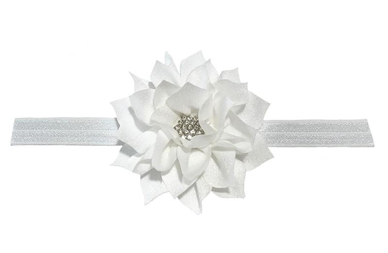 Vrolijk glanzend wit elastische baby haarbandje met een witte laagjes bloem van glanzende stof. Afgewerkt met een leuke parel.  De bloem is ongeveer 8 centimeter groot en het haarbandje is plat neergelegd ongeveer 17.5 centimeter.