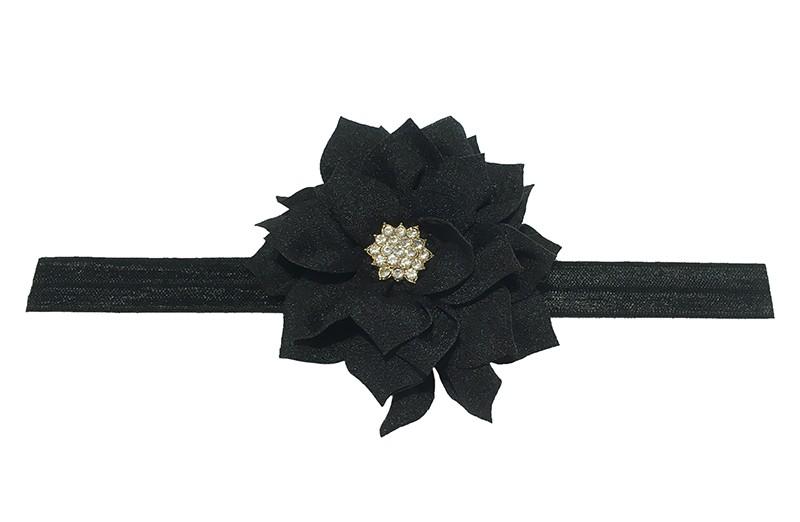 Vrolijk glanzend zwart elastische baby haarbandje met een zwarte laagjes bloem van glanzende stof. Afgewerkt met een leuke parel.  De bloem is ongeveer 8 centimeter groot en het haarbandje is plat neergelegd ongeveer 17.5 centimeter.