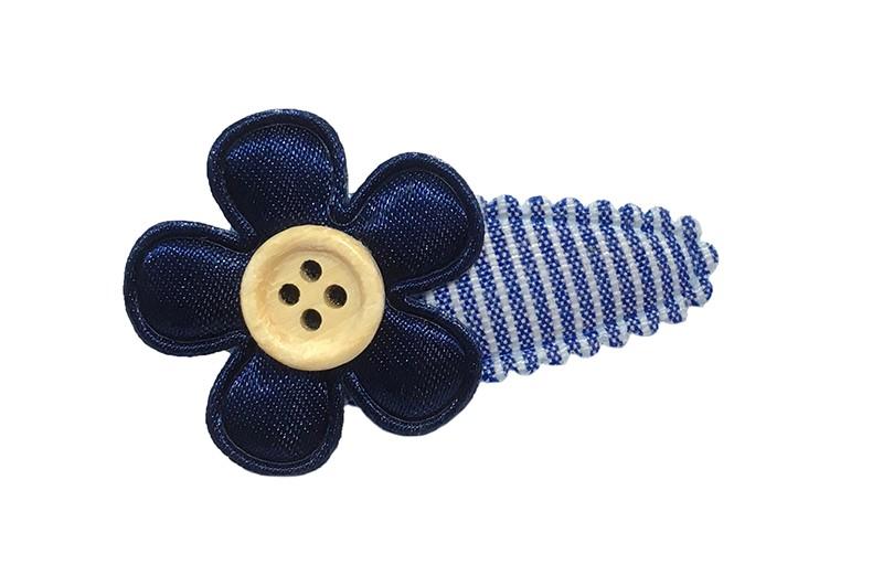 Vrolijk licht blauw met wit gestreept baby haarspeldje met effen glanzend donkerblauw bloemetje. Afgewerkt met een klein houten knoopje.