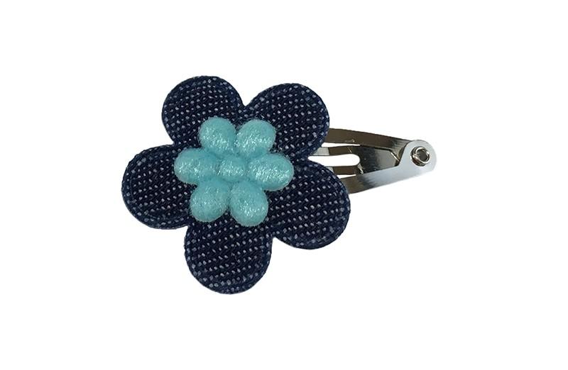 Vrolijk baby peuter haarspeldje met een denim blauw en lichtblauw  bloemetje.