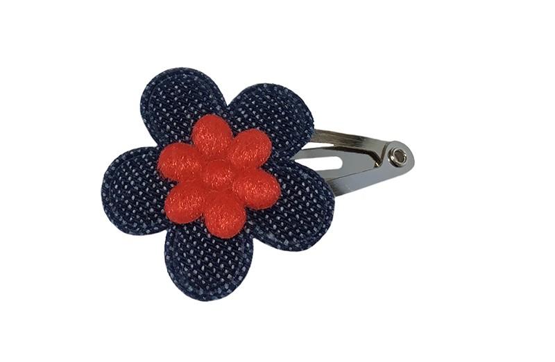 Vrolijk baby haarspeldje met een denim blauw bloemetje en een mini rood bloemetje.