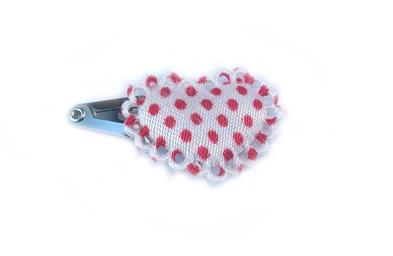 Lief klein haarspeldje daarop wit hartje met rode stippen. Met leuk afgewerkt randje.