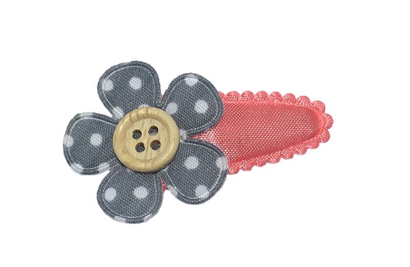 Leuk effen koraalroze babyhaarspeldje met licht grijs bloemetje met witte stippeltjes. Afgewerkt met een klein houten knoopje.
