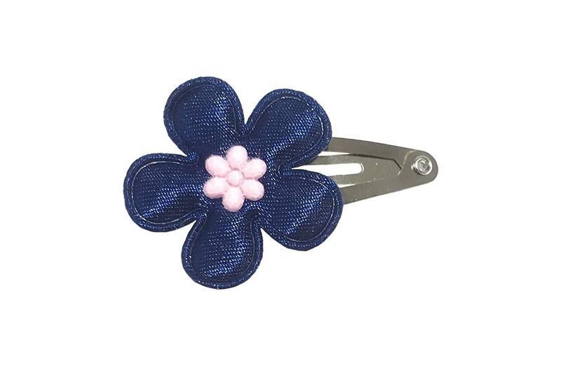 Schattig baby haarspeldje met een effen donkerblauw glanzend bloemetje en een klein licht roze minibloemetje.