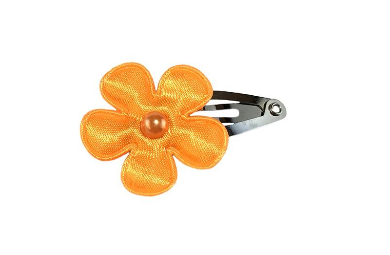 Vrolijk baby haarspeldje met een oranje bloemetje en een klein oranje pareltje.