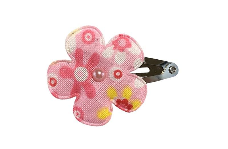 Vrolijk baby haarspeldje met een roze bloemetje met bloemmotiefjes. Met een klein roze pareltje. Het bloempatroontje kan per speldje iets verschillen.