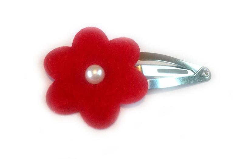 Vrolijk haarspeldje met rode vilten bloem en klein pareltje. Kan ook in de peuterhaartjes. Het speldje is een peutermaat speldje.