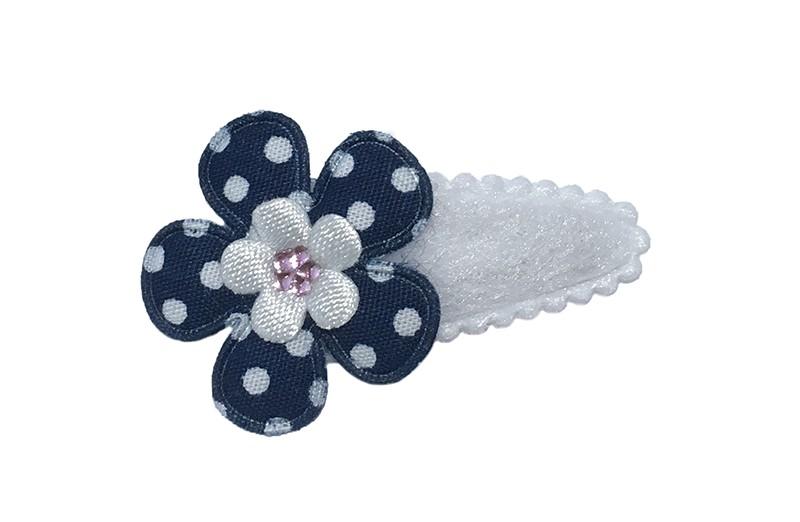 Lief wit fluffy baby haarspeldje met een donkerblauw gestippeld bloemetje en een klein wit bloemetje. Afgewerkt met een klein licht roze glimmertje.