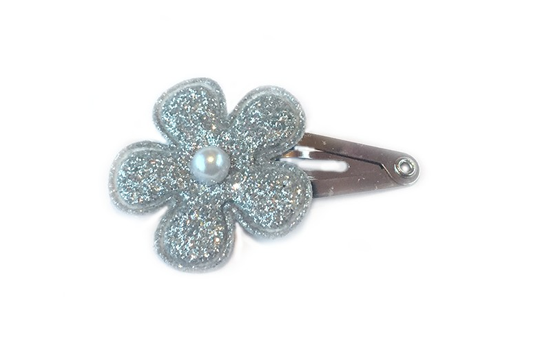 Leuk baby haarspeldje met zilveren glitter bloemetje. Afgewerkt met klein wit pareltje.
