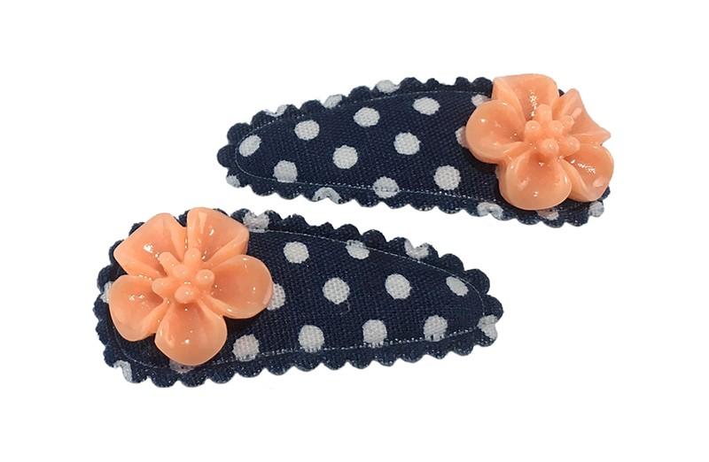 Schattig setje van 2 donker blauwe baby peuter haarspeldjes met witte stippeltjes. Met op elk een oranje bloemetje.