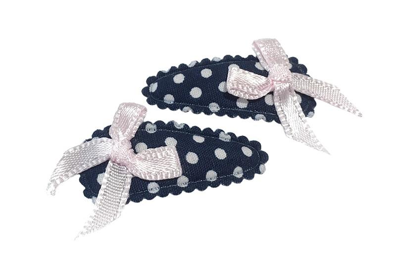 Schattig setje van 2 donkerblauwe baby peuter haarspeldjes met witte stippeltjes. Met op elk een klein heel licht roze strikje.