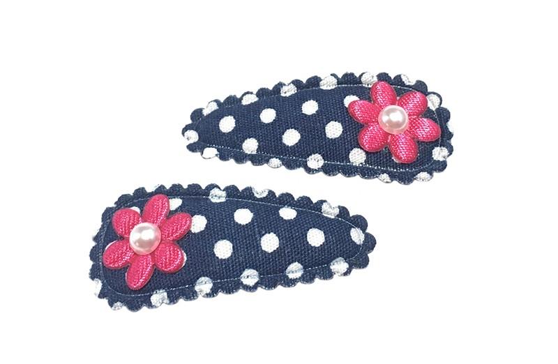 Vrolijk setje van 2 donkerblauw met wit gestippelde baby haarspeldjes. Met op elk een klein fuchsia roze bloemetje. Afgewerkt met op elk een klein wit pareltje.