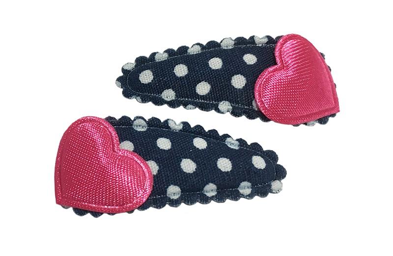 Vrolijk setje van 2 donkerblauwe baby peuter haarspeldjes met op elk een effen fuchsia roze hartje.