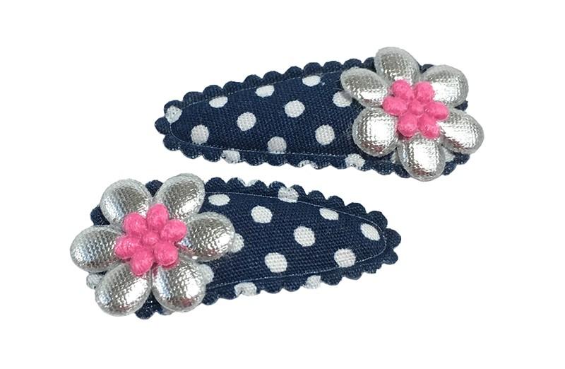 Leuk setje van 2 donkerblauwe baby peuter haarspeldjes met witte stippeltjes.  Met op elk een glanzend zilver bloemetje en een mini fel roze bloemetje.