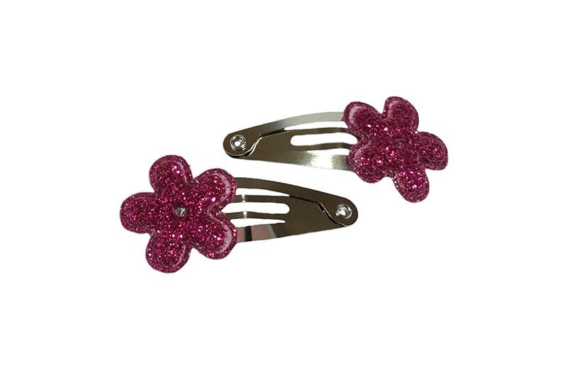 Schattig setje van 2 kleine baby haarspeldjes.  Met op elk een fuchsia roze mini bloemetje met glittertjes. .