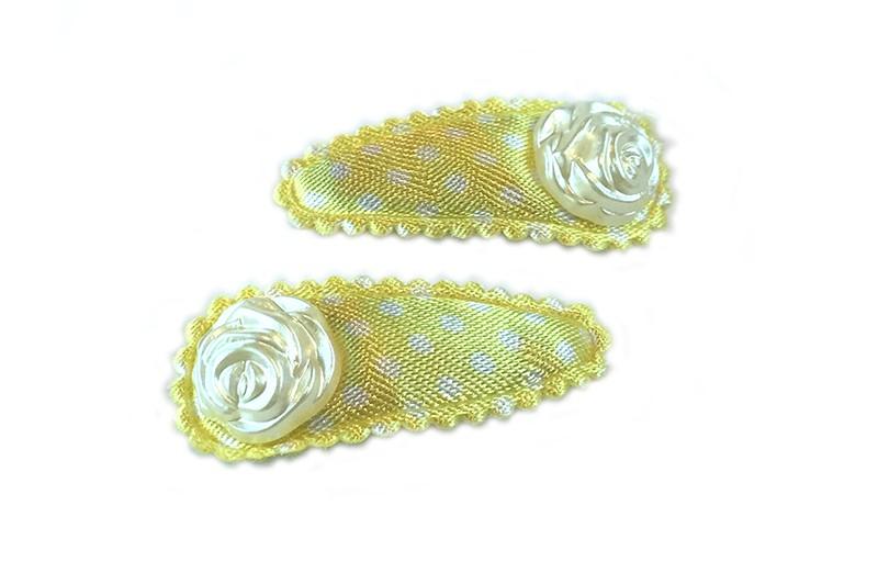 Lief setje van 2 gele haarspeldjes met witte stippeltjes. Afgewerkt met op elk een creme kleurig pareltje in de vorm van een roosje.