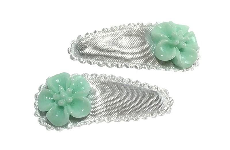 Schattig setje van 2 effen witte baby peuter haarspeldjes met op elk een klein mint groen bloemetje