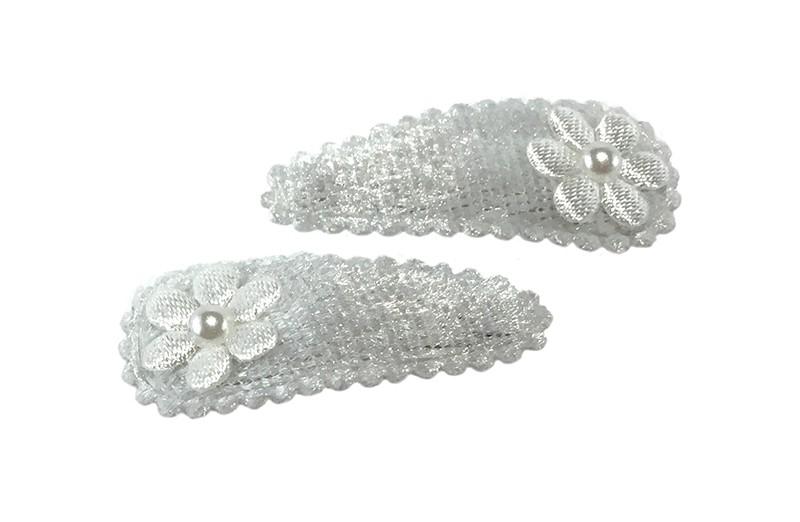 Schattig setje van 2 witte baby peuter haarspeldjes met op elk een wit bloemetje. Afgewerkt met een klein wit pareltje.