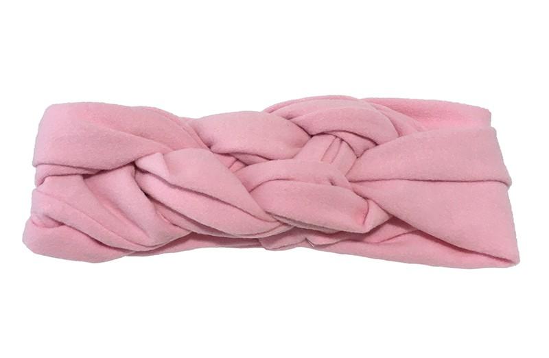Leuk effen licht roze baby peuter haarbandje. In een leuk dubbel in elkaar geknoopt modelletje. Van zachte rekbare stof.  De breedte van het haarbandje is ongeveer 5.5 centimeter.