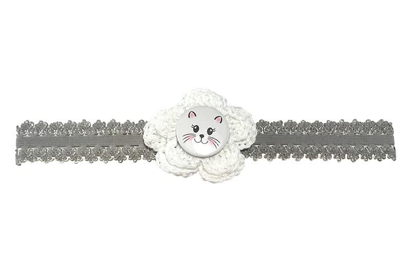 Schattig grijs baby peuter haarbandje in kantlook. Van goed rekbaar elastiek.  Met een wit gehaakt bloemetje van ongeveer 5 centimeter en een witte button met poezenkopje.  Niet uitgerekt is de omtrek van het haarbandje ongeveer 38 centimeter. Hetbhaarbandje is ongeveer 1.5 centimeter breed.