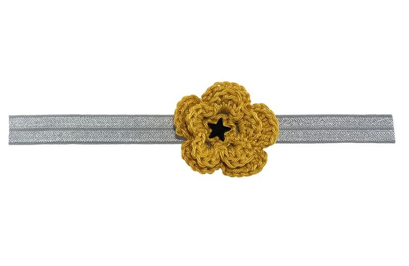 Schattig licht grijs, glanzend baby peuter haarbandje van rekbaar elastiek.  Met een goud gele gehaakte bloem van ongeveer 5 centimeter. Afgewerkt met een zwart sterretje.  Niet uitgerekt is de omtrek van het haarbandje ongeveer 38 centimeter. Het haarbandje is ongeveer 1.5 centimeter breed. Te gebruiken tot ongeveer 2.5 jaar.