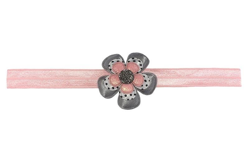 Schattig lichtroze baby peuter haarbandje.  Met een effen lichtgrijze bloem, een wit gestippelde bloem en een roze glitter bloemetje. Afgewerkt met een zilvergrijs steentje.  Het haarbandje is zonder uit te rekken ongeveer 18 centimeter. Geschikt tot wn met ongeveer 2.5 jaar.