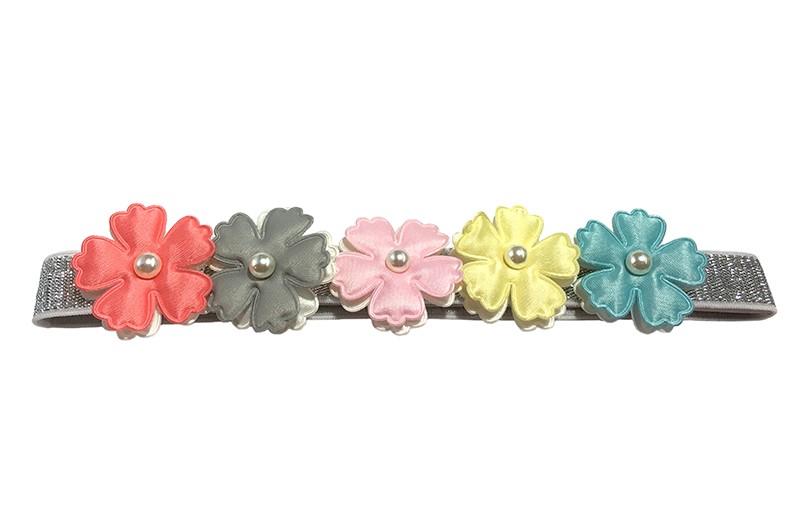 Vrolijk baby, peuter haarbandje met 5 bloemetjes in pastelkleurtjes.  Het bandje is van zilver kleurig rekbaar elastiek.  Niet uitgerekt is het bandje ongeveer 17.5 centimeter. De leuke bloemetjes zijn dubbellaags, de onderste bloemetjes zijn wit en de bovenste in vrolijke pastelkleurtjes. Met een doorsnede van 3 centimeter.  Afgewerkt met op elk bloemetje een klein pareltje.