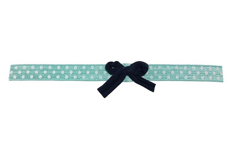 Vrolijk groen (groenblauw) baby peuter haarbandje met witte stippeltjes. Met een donkerblauw tricot strikje.  Het bandje is van rekbaar elastiek. Niet uitgerekt ongeveer 18.5 centimeter. Geschikt tot ongeveer 2 jaar.