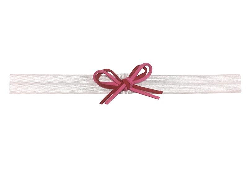 Schattig wit baby peuter haarbandje.  Met een rood en roze suedelook strikje.  Het haarbandje is zonder uit te rekken ongeveer 18.5 centimeter breed. Geschikt tot en met ongeveer 3 jaar.  Het strikje is 5 centimeter breed.